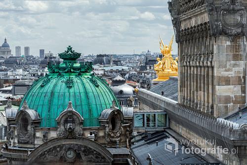 Panorama Paryża z tarsau Galeries Lafayette przy bulwarze Haussmanna, na pierwszym planie Opera.