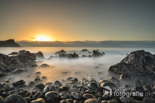 Wschód słońca na plaży Reis Magos. Madera, Portugalia.  Lipiec 2016