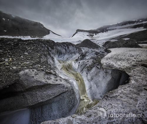 Fotografia wykonana na lodowcu Longyearbreen na Svalbardzie. Podczas arktycznego lata lód topi się i poruszanie się ponim bywa dosyć niebezpiecznie. Ale bez ryzyka nie ma udanych zdjęć! Jestem ciekawy Waszych opinii.  Fotografia zdobyła pierwsze miejsce w prestiżowym, międzynarodowym konkursie fotograficznym Neutral Density Photography Awards 2017, w kategorii Landscape / Nature.