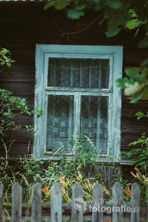 Okno starej podlaskiej chaty. Jak myślisz, jaką skrywa historię?