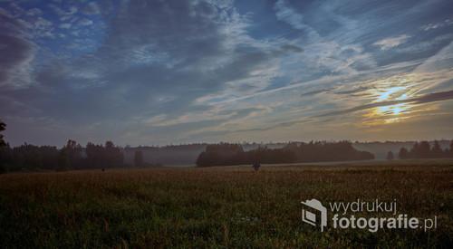 Wschód słońca nad polem w Teremiskach w Puszczy Białowieskiej, 2018.