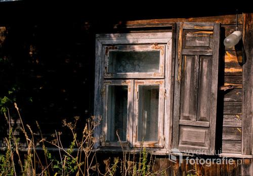 Okno jednego ze starych, drewnianych podlaskich domów.