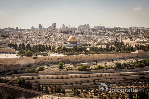 Zdjęcie Wzgórza Świątynnego z widoczną Złotą Kopułą na starym mieście w Jerozolimie.