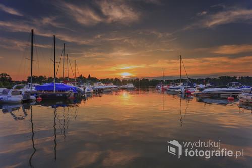 Zdjęcie wykonane w małym porcie jachtowym nad jeziorem Ślesin w wielkopolsce.