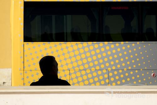 Fotografia wykonana w Lizbonie  2017 roku  Mężczyzna czekający na swój autobus. Fotografia wystawiana podczas zbiorowej wystawy w ZPAF Katowice czerwiec 2018.