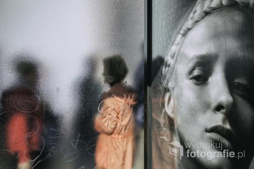 lizbona 2017. Dwie kobiety szukające prywatności na przystanku autobusowym.  Fotografia wystawiana podczas zbiorowej wystawy w ZPAF Katowice czerwiec 2018.