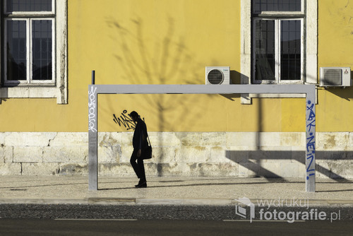 Człowiek w bramce to kolejne zdjęcie z serii zdjęć fotografii ulicznej z Lizbony 2017.