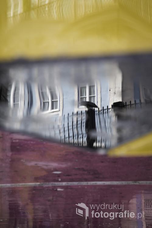 Seria odbić w mokrym stoliku w przy ulicznym barze w Lizbonie 2017.