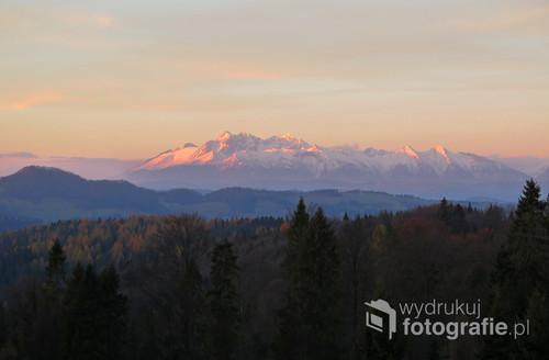 Wschód Słońca na Obidzy w Beskidzie Sądeckim. Widok na Tatry Listopad 2017
