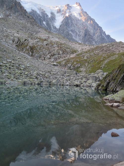 Odbicie szczytu Aiguille du Midi w jeziorze Lac Bleu, Alpy Francuskie, sierpień 2017
