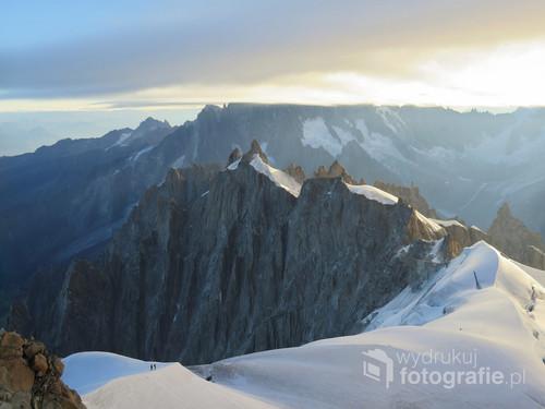 Widok z Aiguille du Midi o świcie, Alpy Francuskie, sierpień 2017.