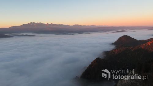 Widok na Tatry skąpane w morzu mgieł o świcie (widok z Pienin), październik 2018.