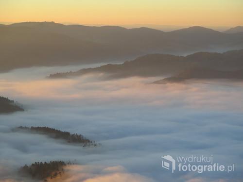Wschód Słońca i poranne mgły widziane z Wysokiego Wierchu, październik 2018.