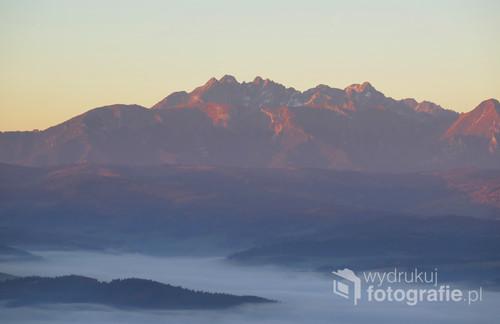 Tatry o wschodzie Słońca, jesienny widok z Trzech Koron w Pieninach.