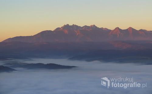 Tatry wyłaniające się z morza mgieł o świcie, jesienny widok z Trzech Koron.