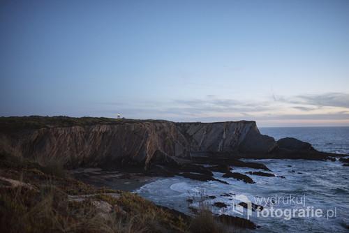 Fotografia wykonana po zachodzie słońca, widok na latarnię Farol Cabo Sardão. Zachodnie wybrzeże Portugalii