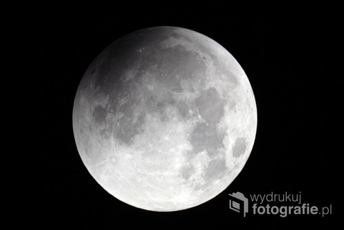 28 września 2015 roku doszło do całkowitego zaćmienia Księżyca. Tego samego dnia miało miejsce zjawisko nazywane superpełnią. Wtedy Księżyc w pełni znajdował się w minimalnej odległości od Ziemi (perygeum). Takie połączenie zjawisk astronomicznych można będzie znów oglądać i fotografować dopiero w 2033 roku.