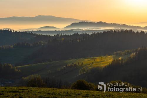 Tego dnia musiałem bardzo wcześnie wstać aby dotrzeć na miejsce z którego wykonałem tę fotografię. Opłaciło się. Złociste promienie oświetliły piękne pola Małopolski.