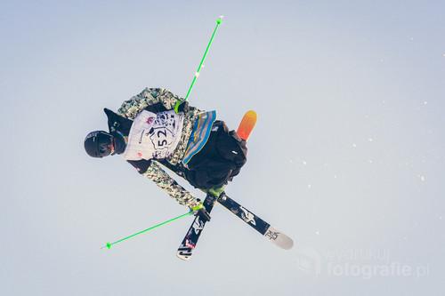 Fotografia została wykonana podczas zawodów Polish Freeskiing Open, które odbyły się w Białce Tatrzańskiej w 2015 roku. Jest to cykliczna impreza w narciarstwie freestyle'owym posiadająca status Międzynarodowych Mistrzostw Polski.