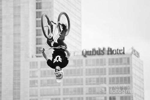 Fotografia powstała podczas zawodów rowerowych z cyklu Puchar Świata FMB World Tour, które odbyły się w Katowicach w 2013 roku.