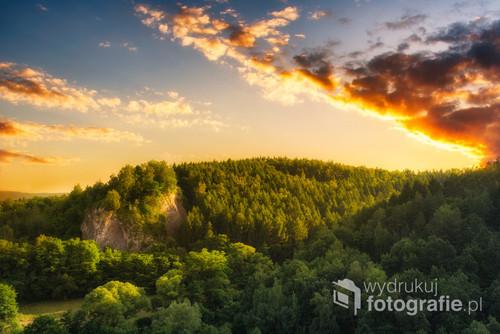 Zachód słońca w dolinie kobylańskiej.  Widok z iglicy zwanej Kobylański Dziub. Mocno odradzam wchodzenie bez zabezpieczenia.