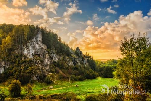 Letni świt w dolinie kobylańskiej na jurze krakowsko-częstochowskiej