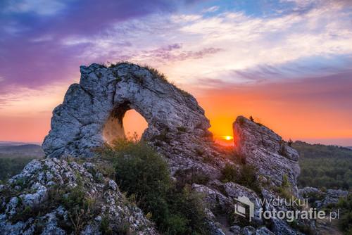 Świt na Okienniku Wielkim w jurze krakowsko-częstochowskiej. Ponoć to u podnóża skały w XII-XIII wieku istniał gród obronny.