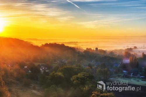 Jeden z ostatnich dni złotej jesieni na Jurze Krakowsko-Częstochowskiej gdzie mgła była mgłą,a nie smogiem.  W oddali charakterystyczna wieża kościoła w podkrakowskich Bolechowicach.  Widok z grani bramy bolechowickiej