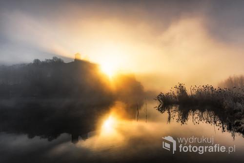 Klasztor w Tyńcu i wyłaniające się zza niego słońce w czasie mgły gęstej jak mleko.