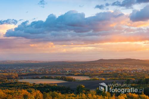 Jesienny, jurajski krajobraz w czasie zachodu słońca. Z bardzo mało znanego punktu widokowego i to w czasie świetnej przejrzystości. Na dużym formacie bardzo wyraźnie będzie widać zamek Tenczyn na najwyższym punkcie na wzgórzu. A także w tle...Babią Górę