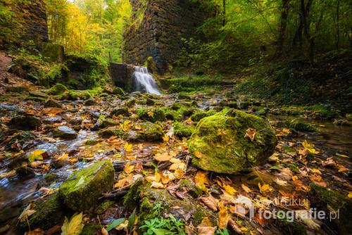 Jesienna pora pod jednym z najbardziej charakterystycznych i znanych miejsc w Gminie Krzeszowice na Jurze Krakowsko-Częstochowskiej. Pod Diabelskim Mostem - pamiętajcie, tylko nie idźcie od razu do Czarnego Stawu ;)