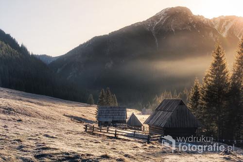 Pierwsze promienie słońca wdzierające się do zmarzniętej Doliny Chochołowskiej