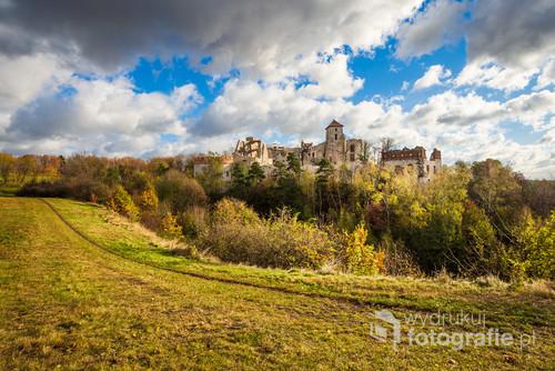 Jesienna odsłona klasycznego kadru Zamku Tenczyn. Każde ze zdjęć jest wyjątkowe i w zasadzie archiwalne. Z miesiąca na miesiąc zamek się zmienia przechodząc coraz to kolejne formy remontu.