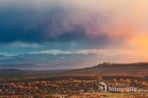 Efekt polowania na łunę zachodzącego słońca nad Zamkiem Tenczyn w Rudnie. Tak się złożyło,że niespodziewanie nadeszła wielka chmura, która przyniosła opady deszczu i która została oświetlona zachodzącym słońcem. Wisienką na torcie została pilnująca wszystkiego Babia Góra