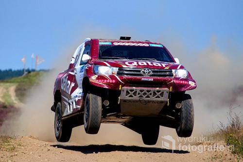 Kilkukrotny zwycięzca Rajdu Dakar w Toyocie Hilux, lecący po zwycięstwo w rajdzie Baja Poland 2016.
