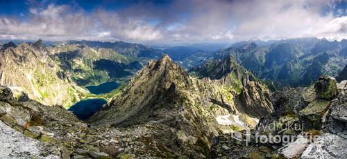 Panorama z najwyższego szczytu Polski. Rysy (2499 m n.p.m.). Dobrze widoczne Morskie Oko, Czarny Staw pod Rysami, Niżne Rysy i Żabi Szczyt.