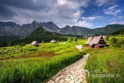 Hala Gąsienicowa w Tatrach. Miejsce niedaleko schroniska Murowaniec. Widoczne szczyty Orlej Perci, a także Kościelec i Świnica.