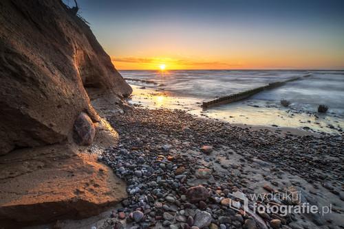 Klif na kamienistej plaży w miejscowości Wicie.
