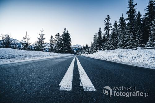 Zdjęcie to zostało zrobione w idealnych warunkach pogodowych jakie miały miejsce w tatrach w pierszych dniach stycznia 2020. Droga ta prowadzi do granicy polsko - słowackiej przy łysej polanie.