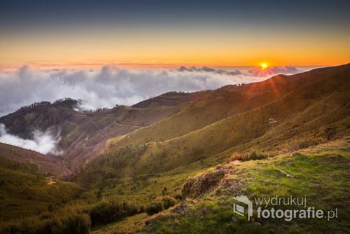 Wschód słońca w górach na płaskowyżu Paul da Serra na Maderze