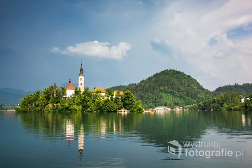 Kościół na wyspie na jeziorze Bled w Słowenii