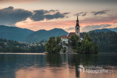 Zmierzch nad kościołem na jeziorze Bled w Słowenii