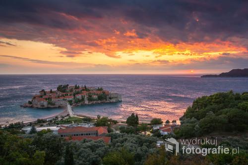 Wyspa Sveti Stefan na Adriatyku w Czarnogórze
