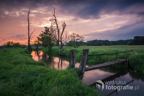 Drewniany mostek na rzece