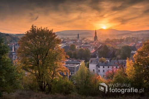Jesienna panorama Karkonoszy i miasta Kamienna Góra
