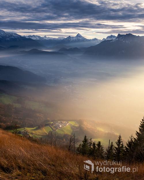 Fotografia została zrobiona podczas malowniczego zachodu na górze Gaisberg, w okolicy Austriackiego miasta Salzburg. Widoczny w oddali, pokryty śniegiem, szczyt Watzmann dogląda okolicy, w której króluje.