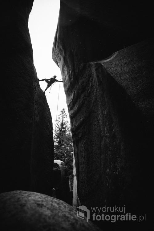 Alesak Prochazka, podczas wspinaczki w ogromnym kominie, Adrspach, Czechy