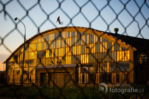 Dawid Pietrzak podczas rowerowych eolucji na starym hangarze