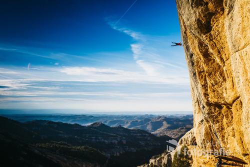 Adam Karpierz wykonuje flagę podczas wspinaczki w hiszpańskim Margalef