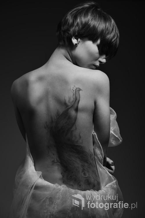 Jedno z zdjęć mojego autorskiego projektu Silverheart. Prezentuje osoby z prawdziwymi tatuażami. Staram się ich pokazać w jak najlepszy sposób. Wybrałem klasyczną fotografie czarno-białą.  Więcej zdjęć można zobaczyć na mojej stronie internetowej.